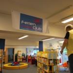 Ein Foto zeigt das Team der Stadtbücherei bei den Vorbereitungen für den FLC