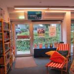 Fotos von den Büchern für den Ferienleseclub und der gemütlichen Leseecke.