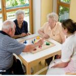 Foto von Senioren bei einem Brettspiel